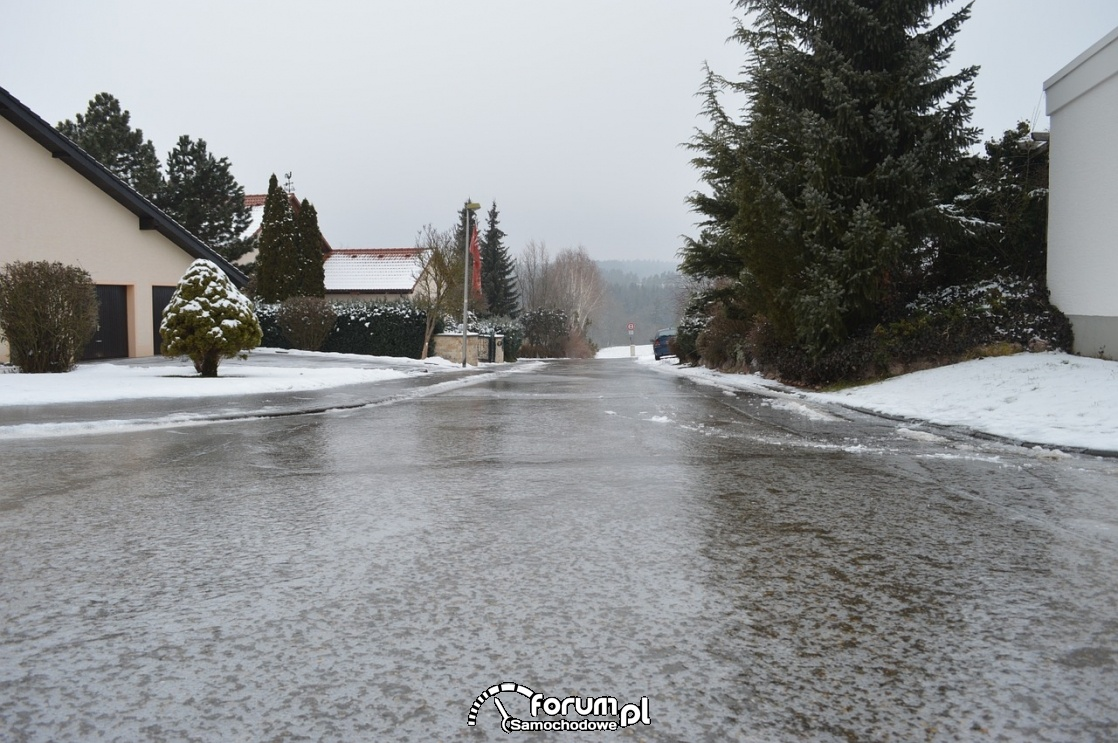 Niewidzialny lód na drodze