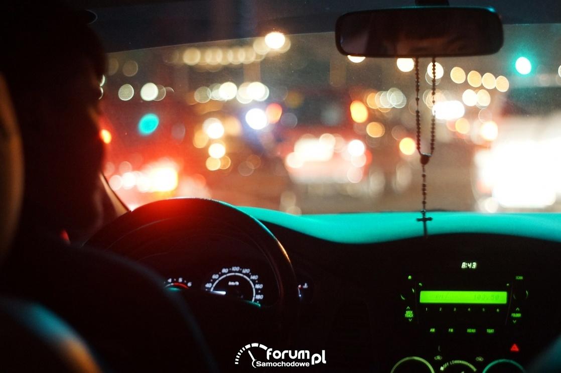 Noc, kierowca, wnętrze samochodu, podświetlenie deski