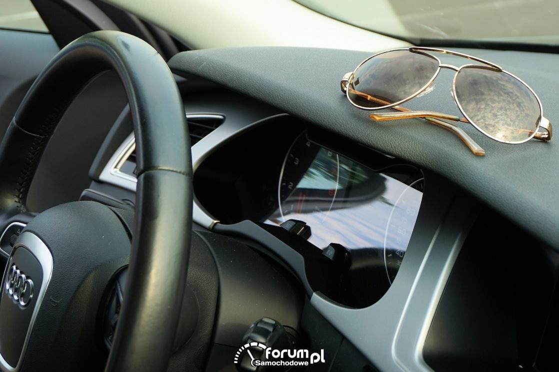 Okulary leżące w samochodzie na desce