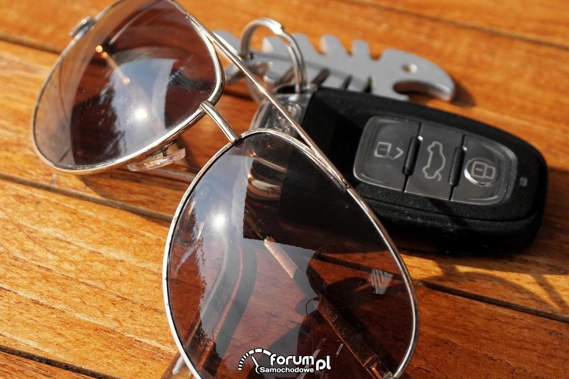 Okulary przeciwsłoneczne, kluczyki samochodowe