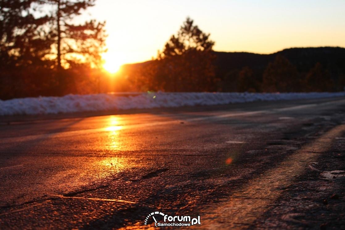 Oślepiające słońce, droga, śnieg