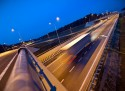 Oświetlony węzeł na autostradzie w nocy