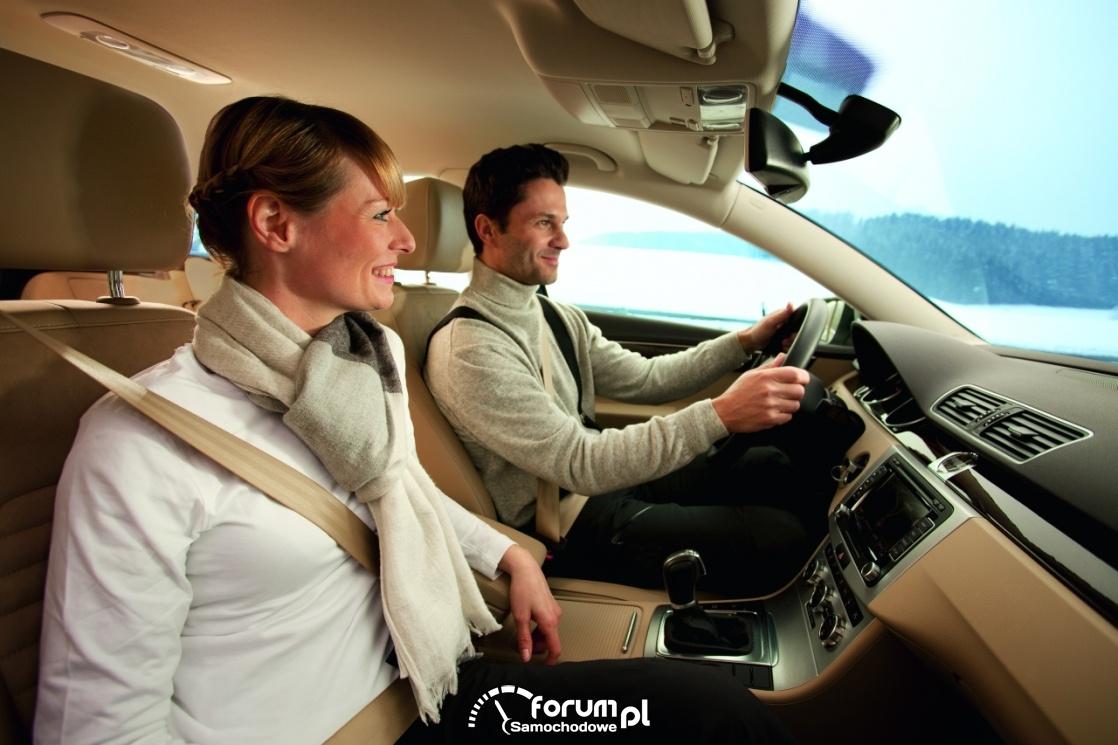 Para w samochodzie, przyjemna podróż