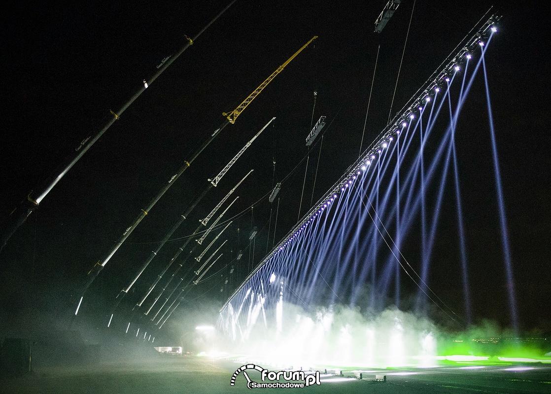 Pas startowy a na nim 350 czułych na dźwięk i ruch świateł laserowych