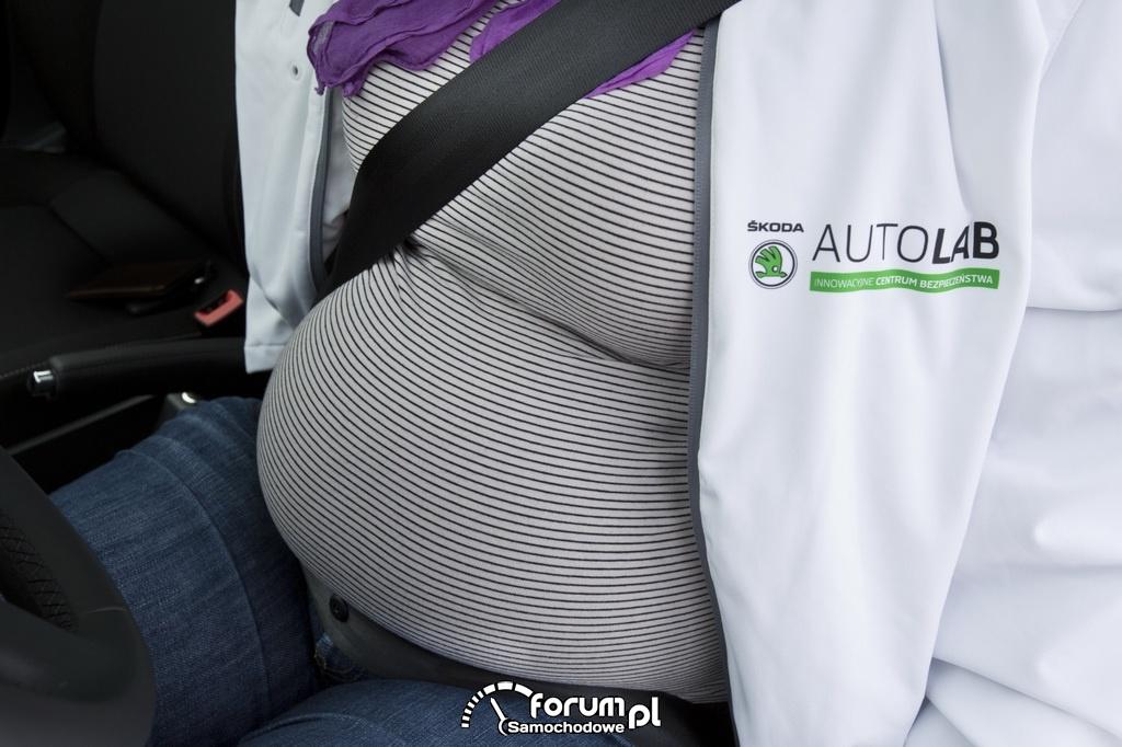 Prawidłowe zapięcie pasa bezpieczeństwa przez kobietę w ciąży