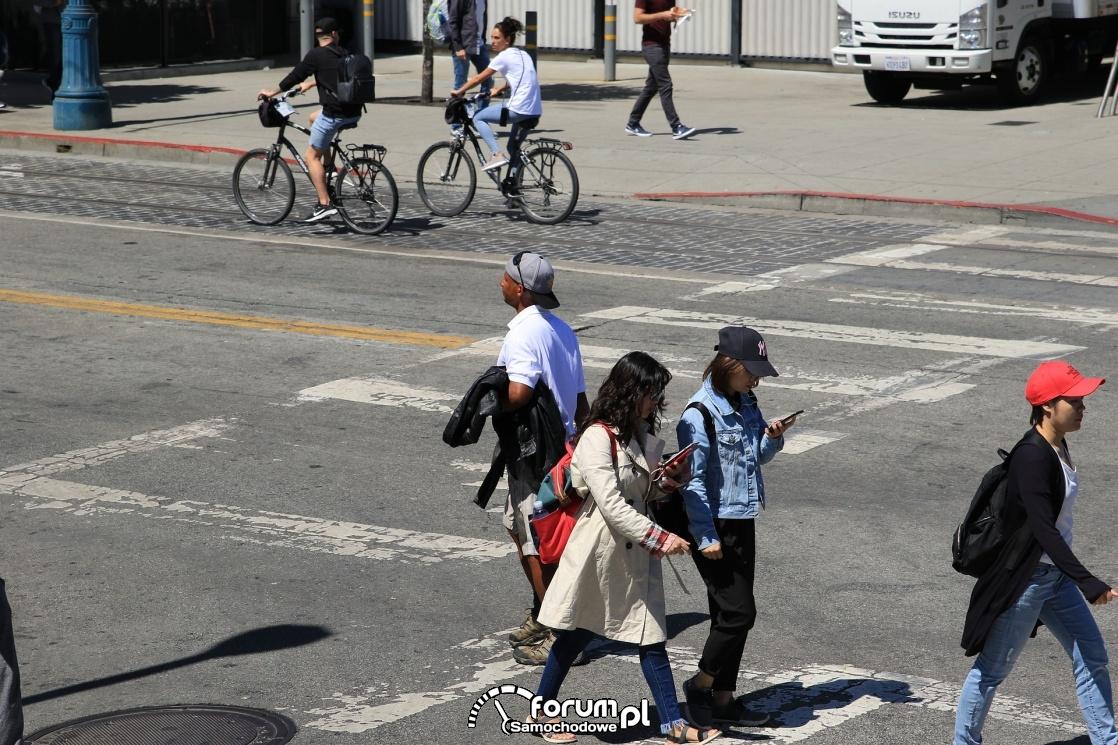 Przechodzenie przez pasy patrząc w smartfona