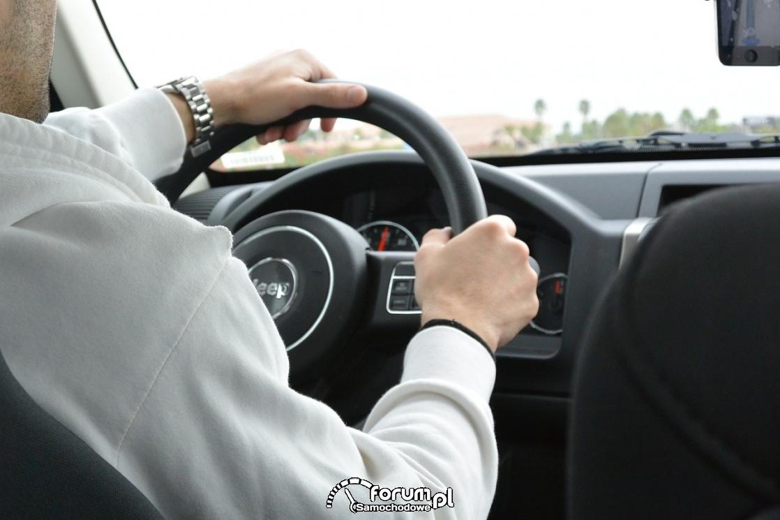 Ręce na kierownicy, samochód, Jeep