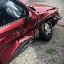 Rozbity samochód, uszkodzona prawa strona