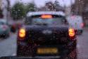 Samochód, deszcz, krople deszczu na szybie