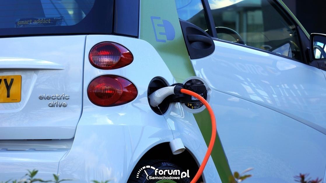 Samochód elektryczny, ładowanie, wtyczka