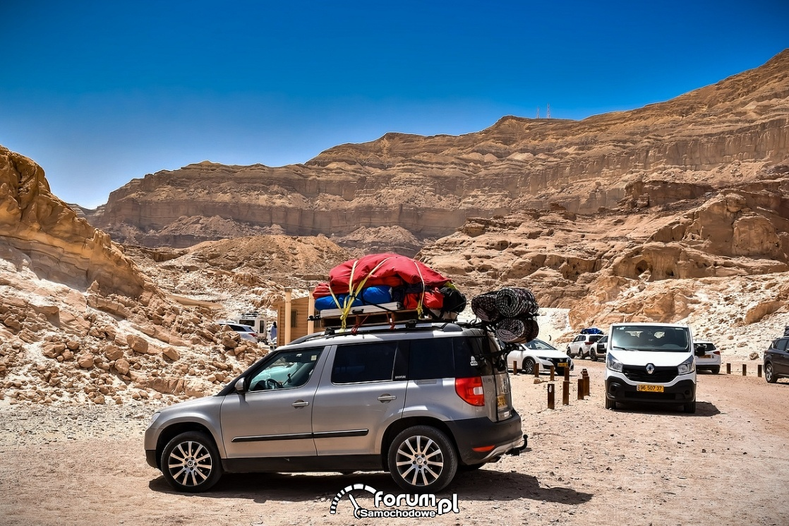Samochód z załadowanym bagażnikiem dachowym, góry