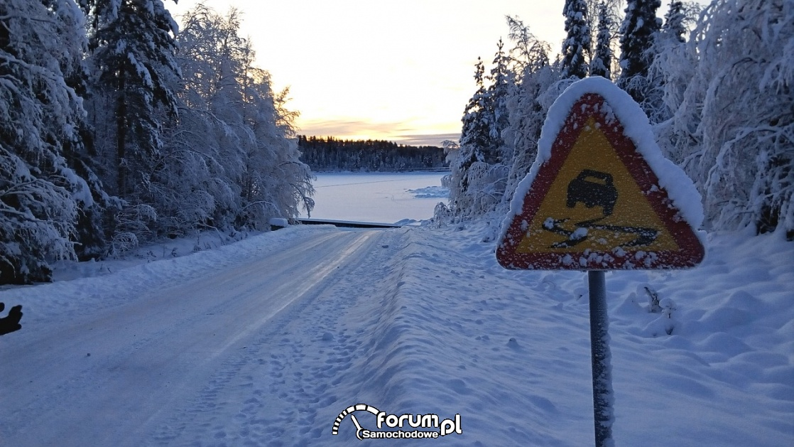 Śliska nawierzchnia, znak drogowy