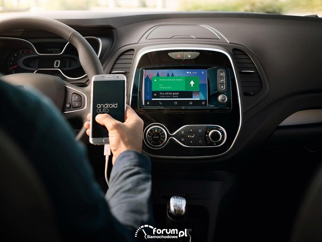 Smartfon trzymany w ręku podczas jazdy samochodem