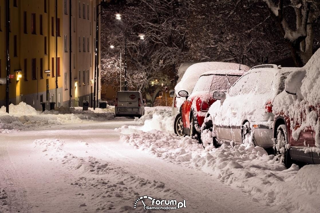 Śnieg, droga, samochody pod śniegiem