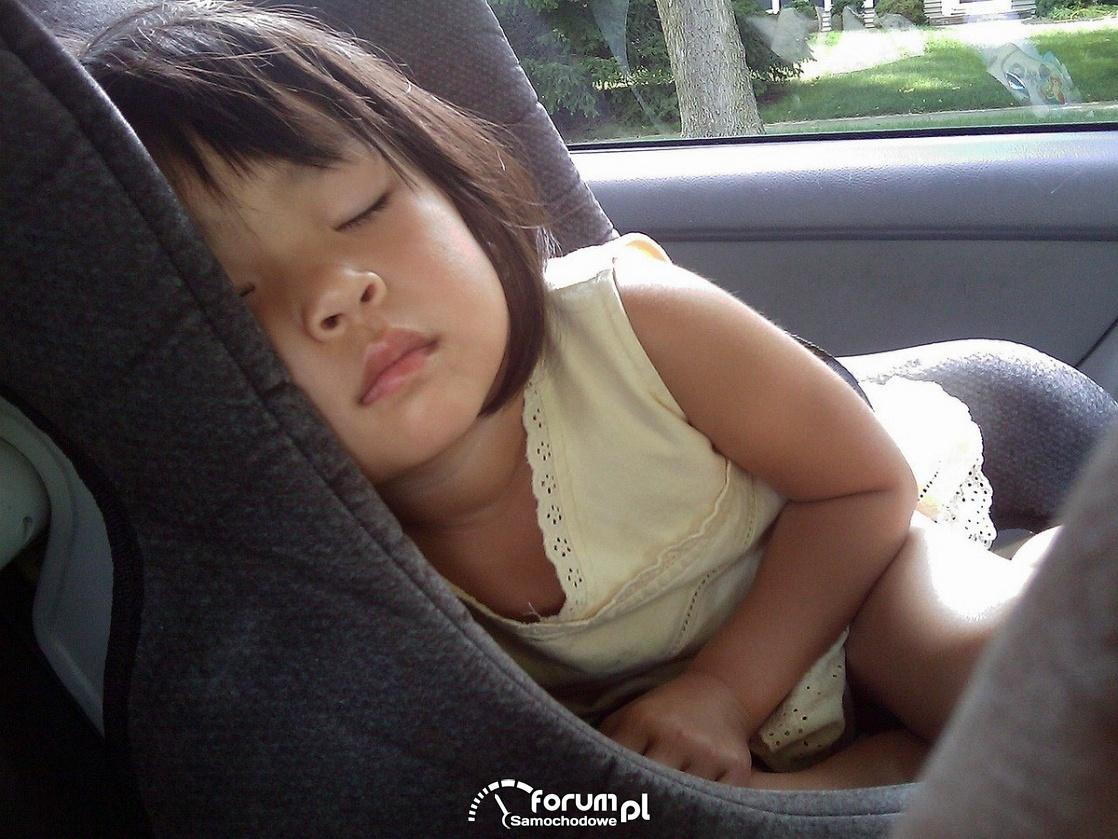 Śpiące dziecko w foteliku samochodowym
