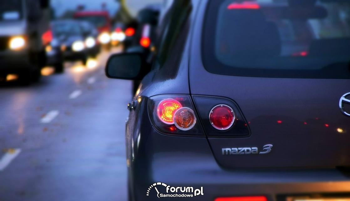 Światła samochodów, tylne światła, zmrok