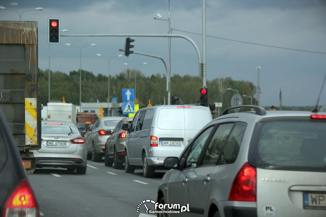 Sygnalizacja świetlna na skrzyżowaniu, czerwone światło