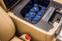 Toyota Land Cruiser serii j200 mini chłodziarka w centralnym podłokietniku