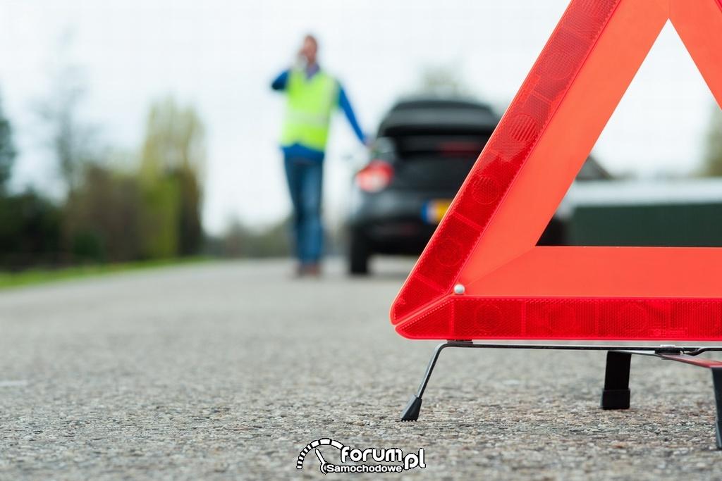 Ustawienie trójkąta ostrzegawczego na drodze za samochodem