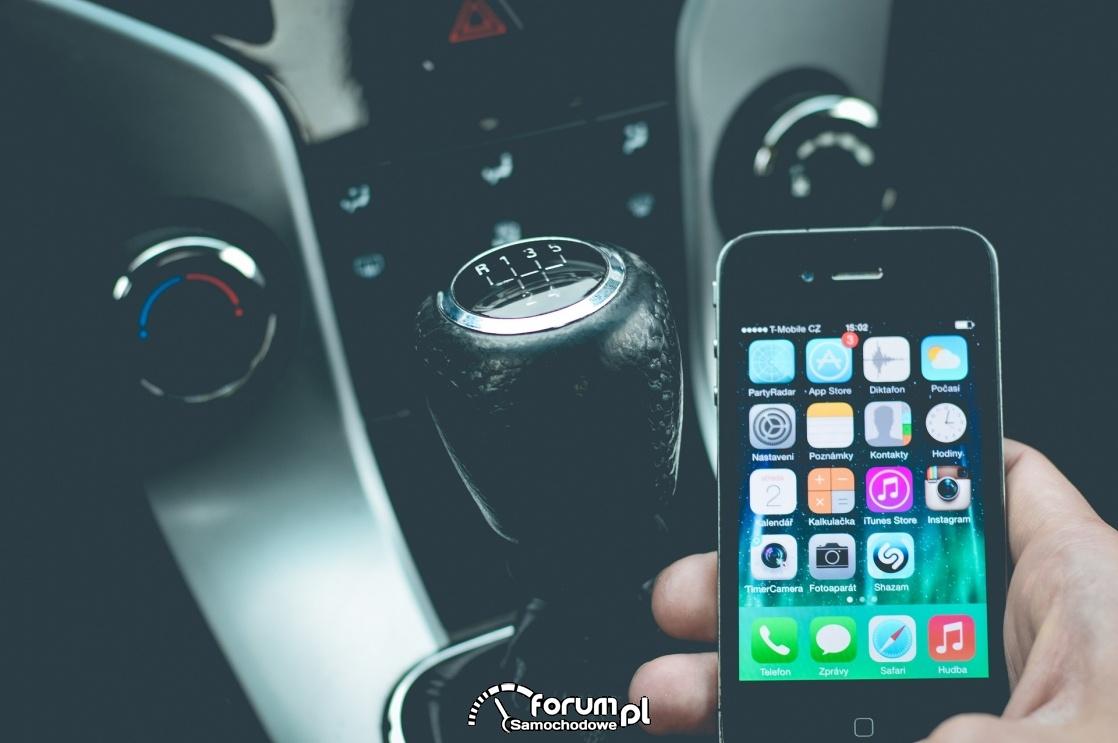Używanie smartfona podczas jazdy