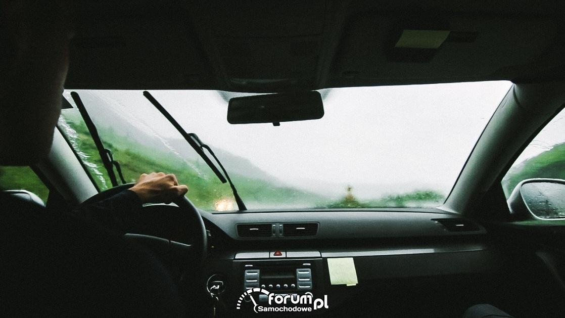 Wcieraczki w samochodzie, deszcz, brzydka pogoda
