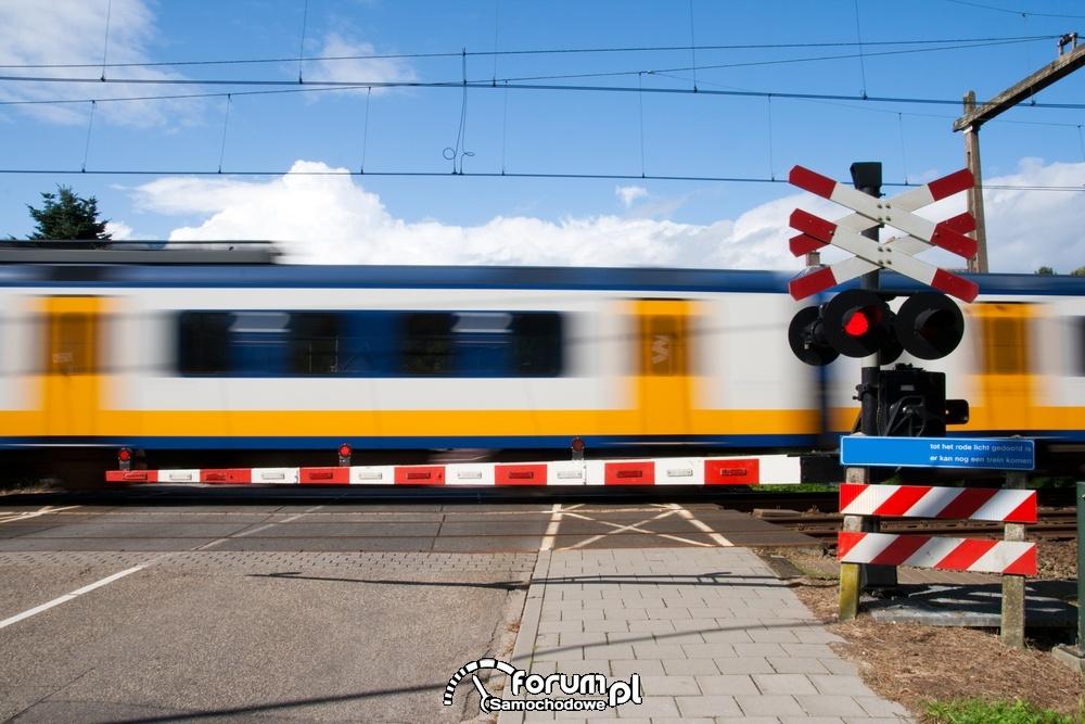 Zamknięte szlabany na przejeździe kolejowym