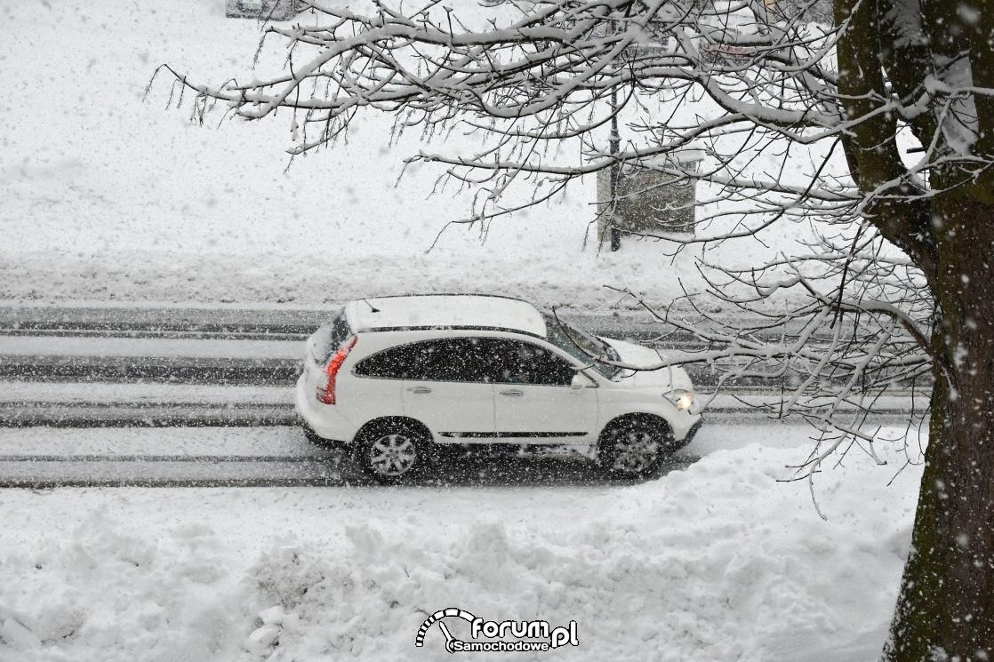 Zaśnieżona droga, samochód, zima
