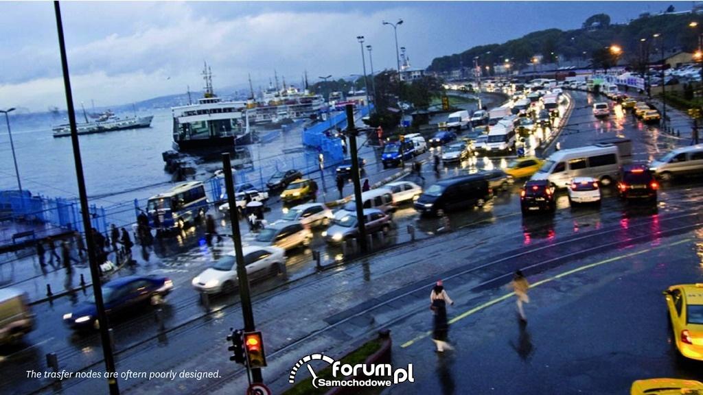 Zatłoczone ulice portowego miasta