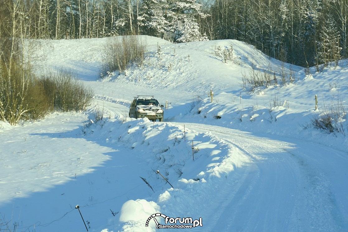 Zima, podjazd pod górę ośnieżoną drogą