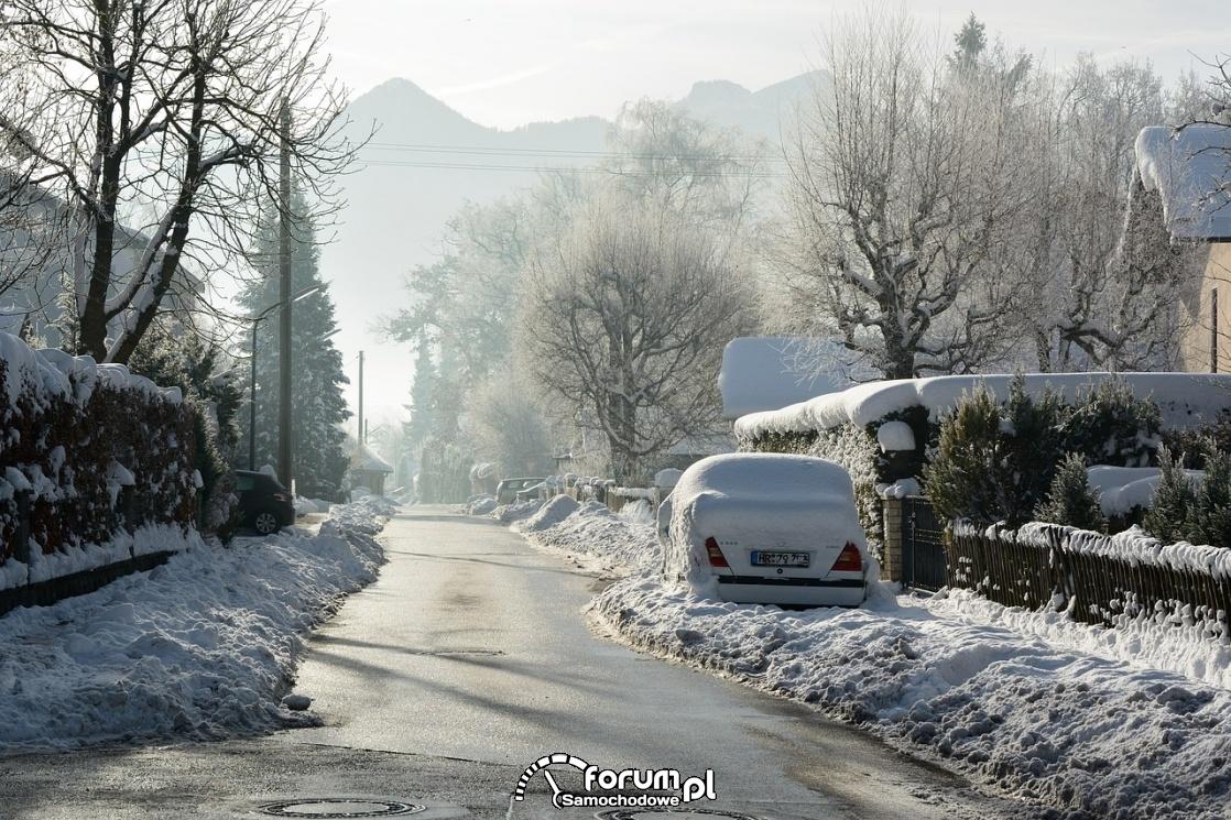 Zima, śnieg na ulicy, samochód pod śniegiem