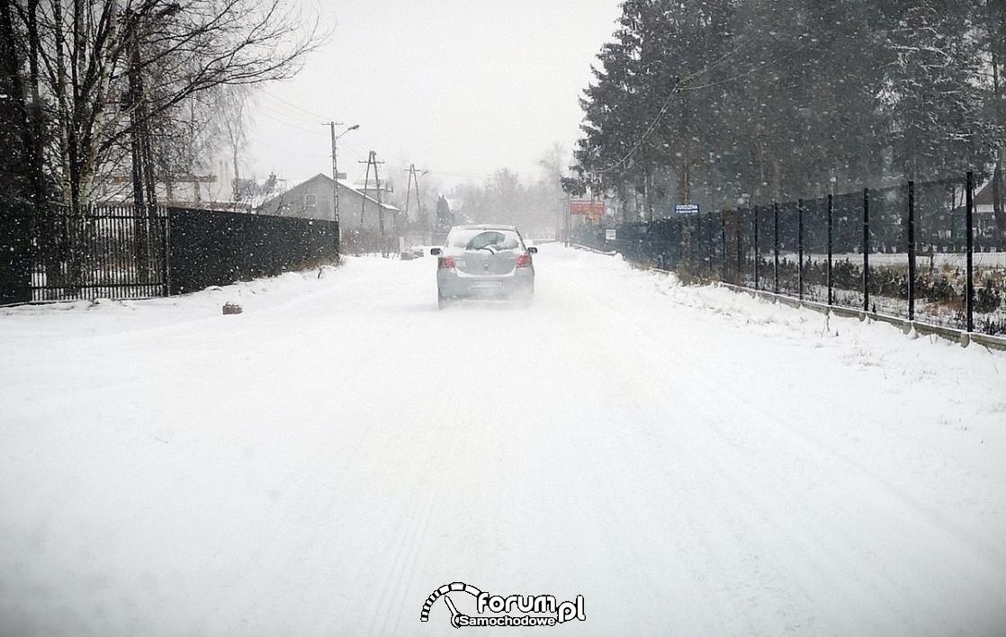 Zimowa jazda samochodem po śniegu, nieodśniezona droga