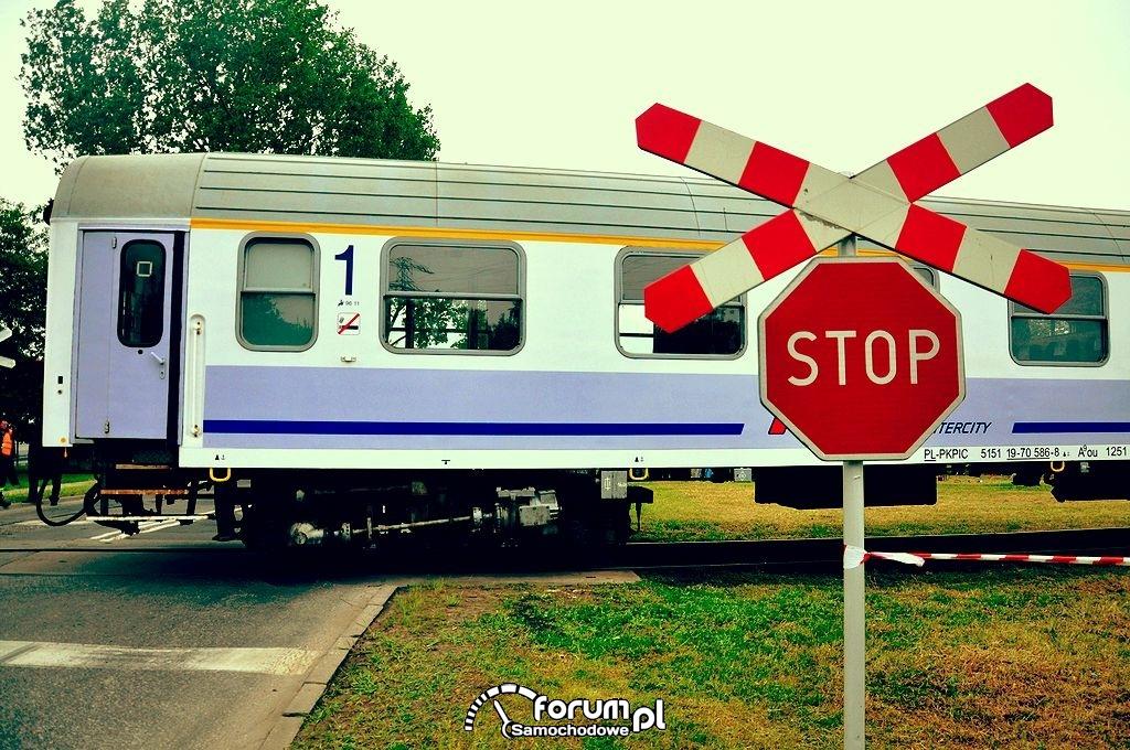 Znak stop, pociąg, przejazd kolejowy