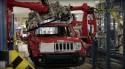 Jeep Renegade podczas montarzu szyby przedniej w fabryce FCA w Melfi