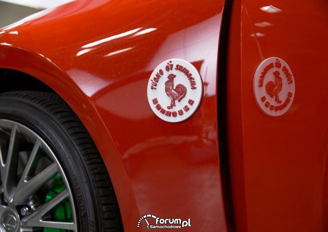 Lexus IS Sriracha, logo na błotniku