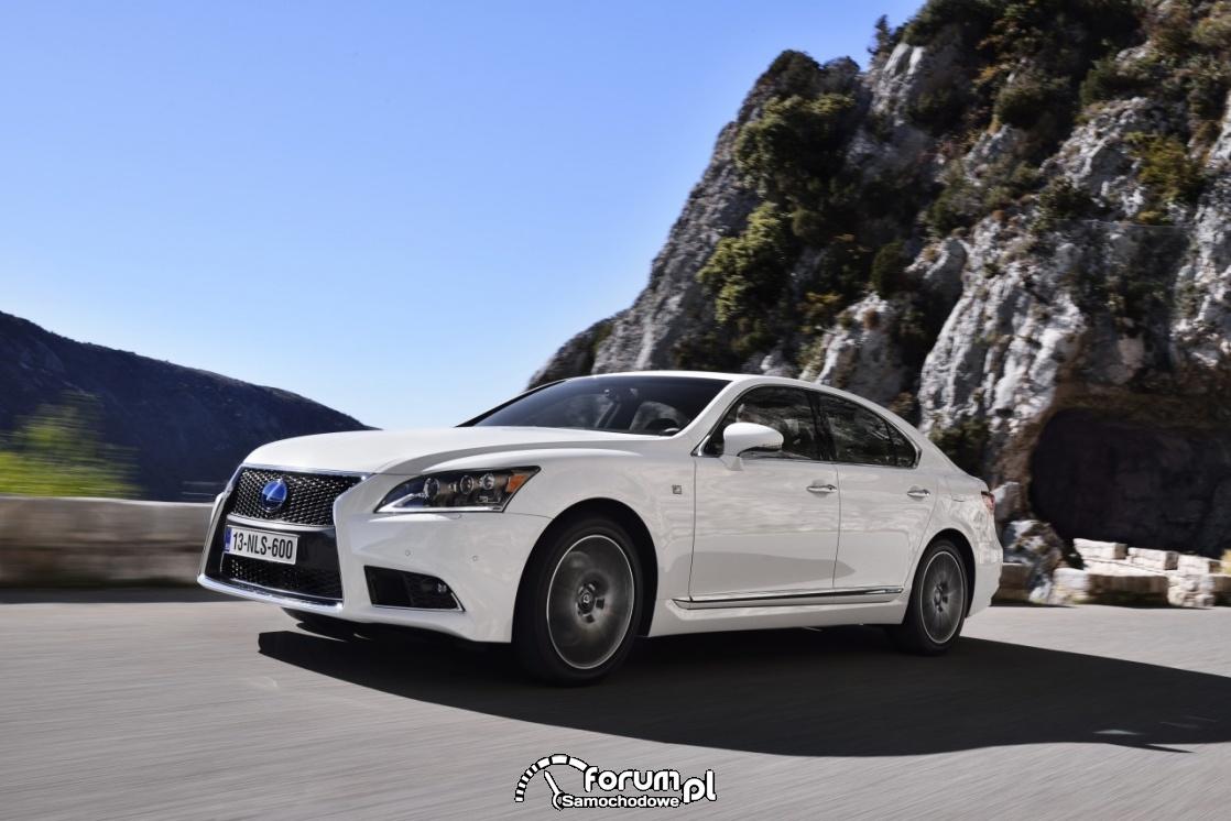 Lexus LS F sport, w górach