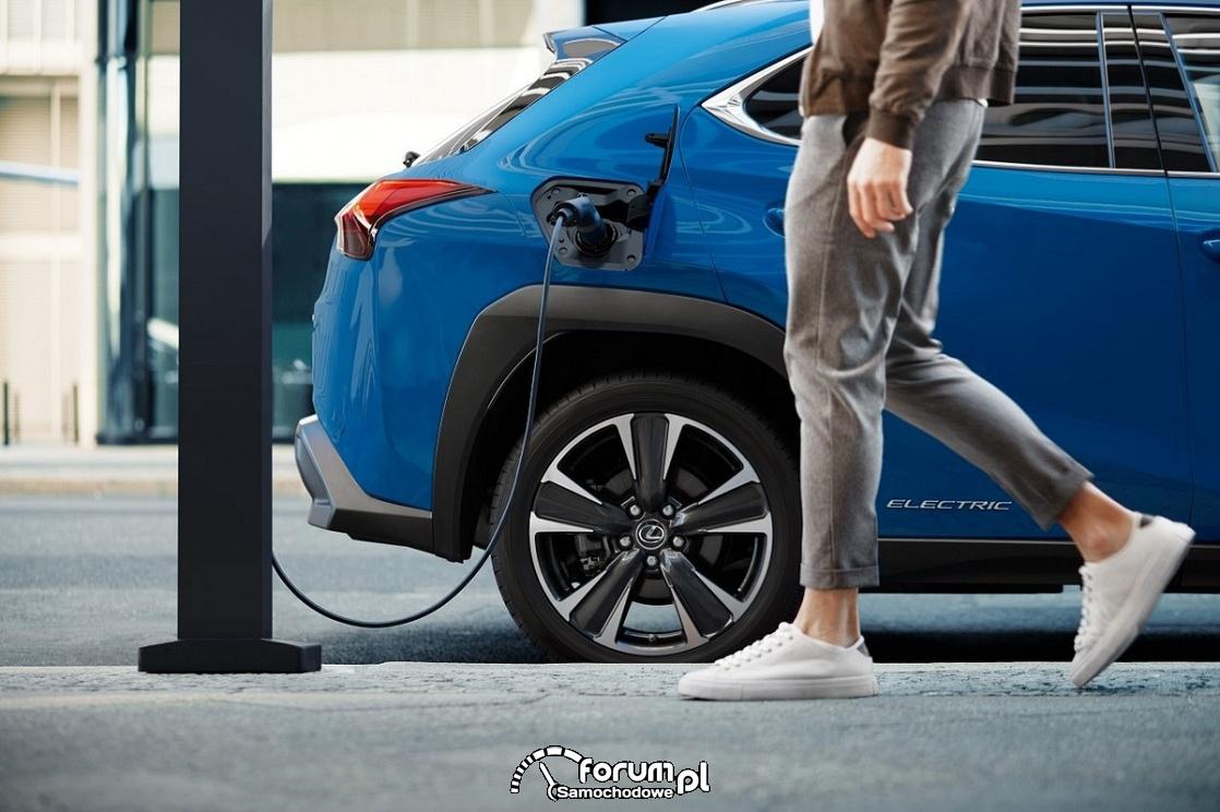Lexus UX Electric - ładowanie na ulicy