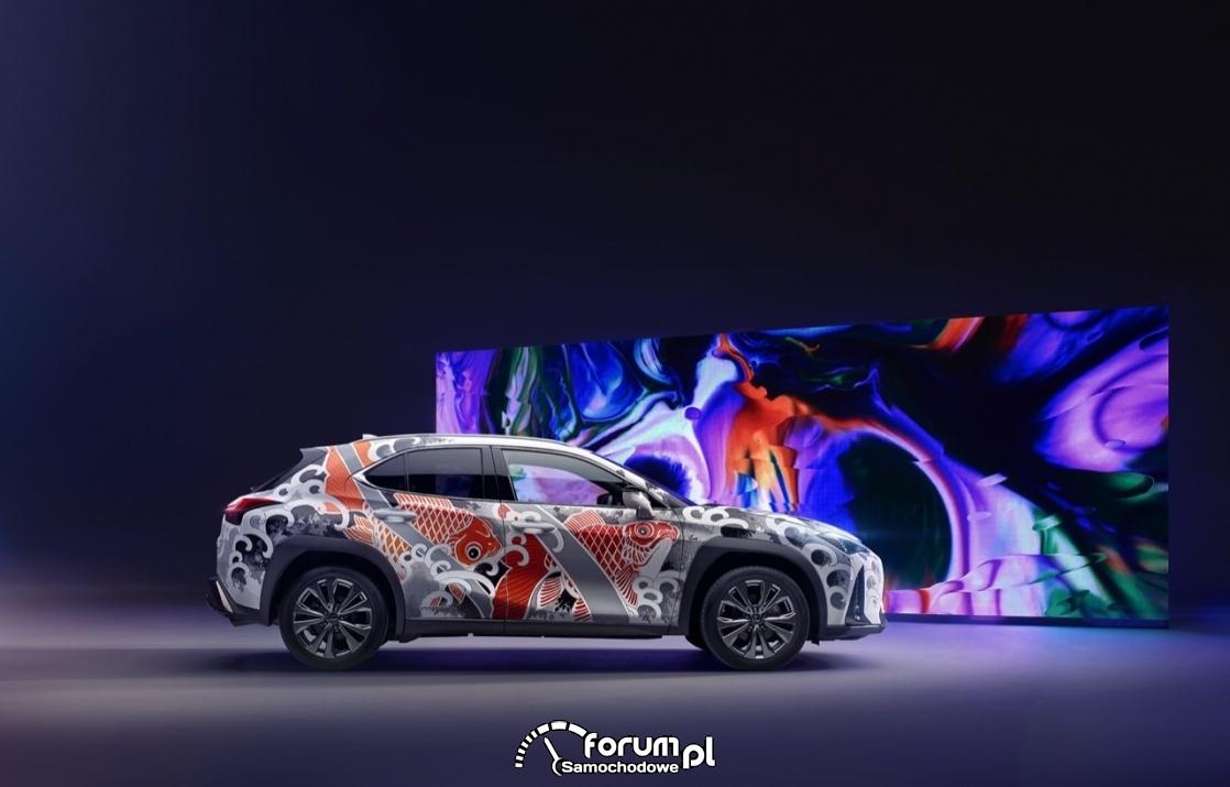 Lexus UX - tattoo, bok