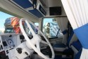 Biało-niebieskie wnętrze kabiny w ciężarówce