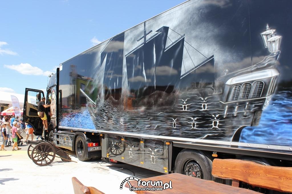 Czarna preła - aerografia statku na naczepie ciężarówki