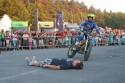 Kaskader na motorze omija leżącego człowieka