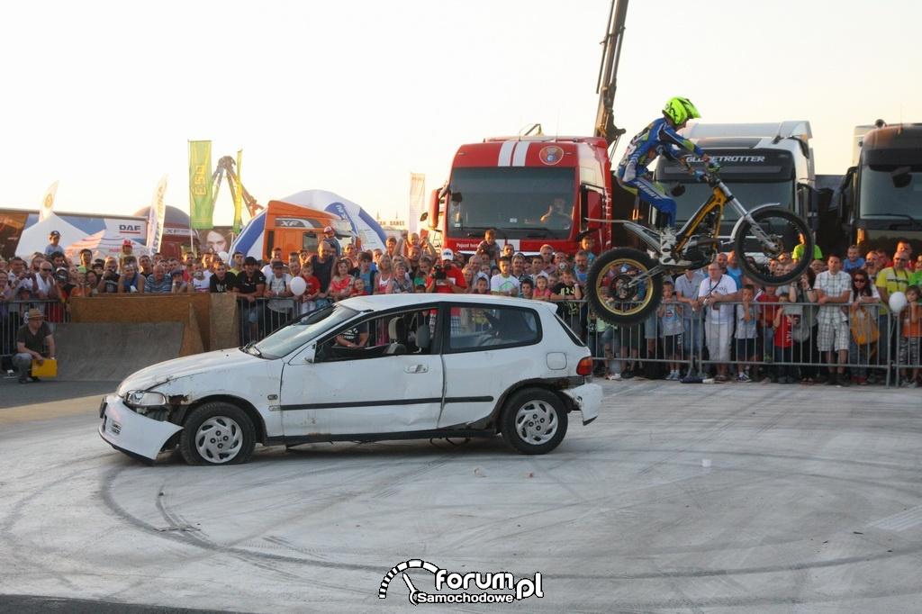 Kaskader na motorze skacze z samochodu