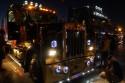 Kenworth w nocy, oświetlenie zewnętrzne ciężarówki