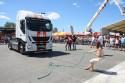 Kobiety i przeciąganie ciężarówki Iveco