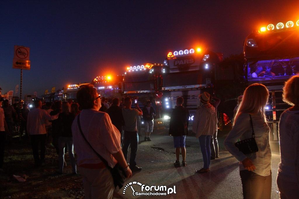 Nocne oświetlenie ciężarówek
