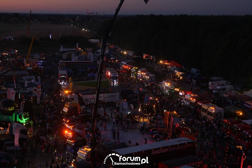 Widok z góry na miasteczko Master Truck w nocy