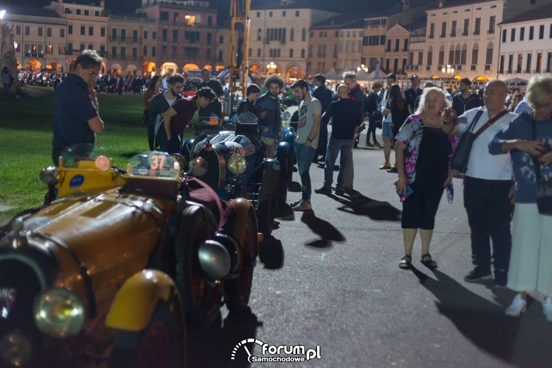 Publiczność i stare samochody