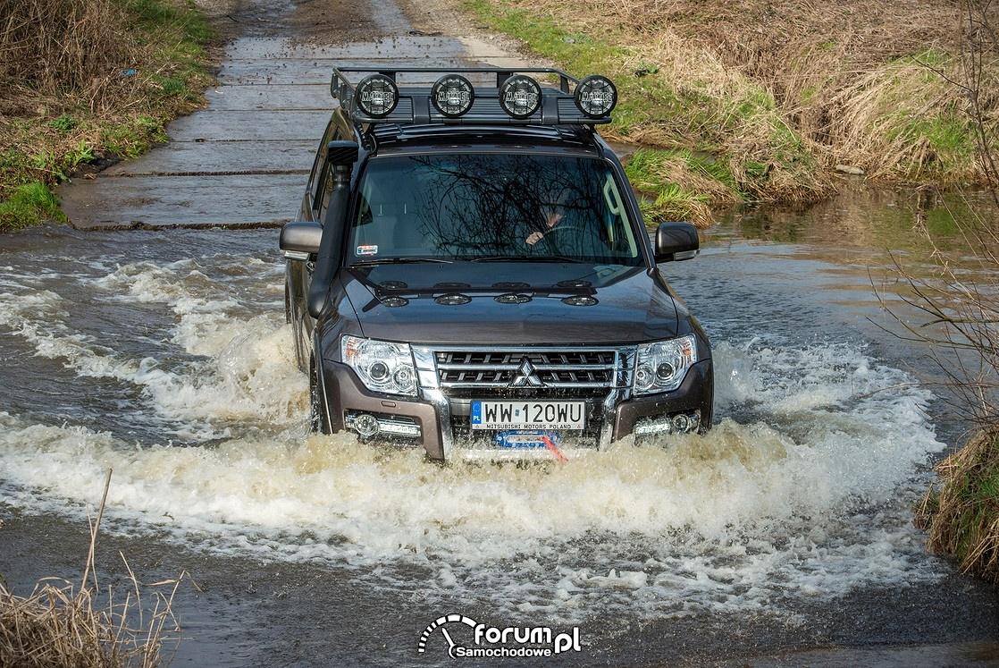 Mitsubishi Pajero 2015 brodzący w wodzie