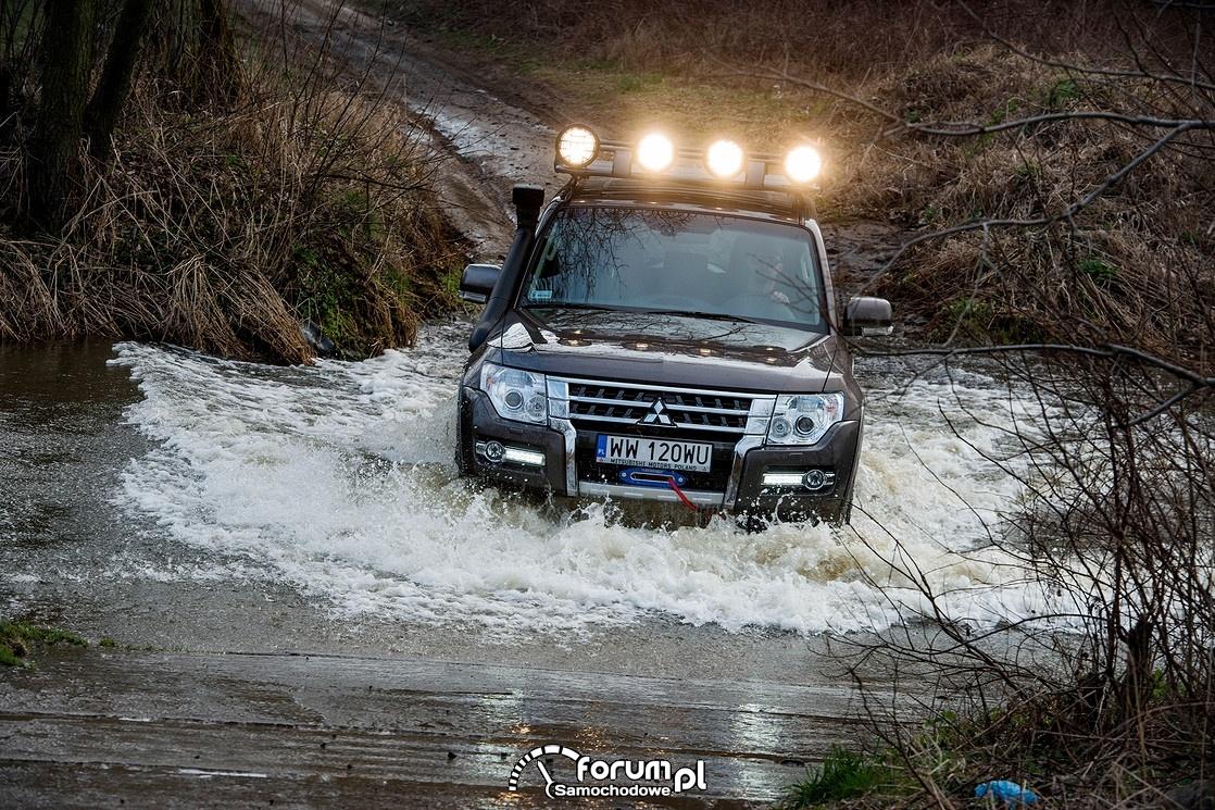 Mitsubishi Pajero 2015, przejazd przez rzekę