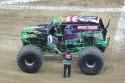 Kierowca Grave Digger ze swoim Monster Truckiem