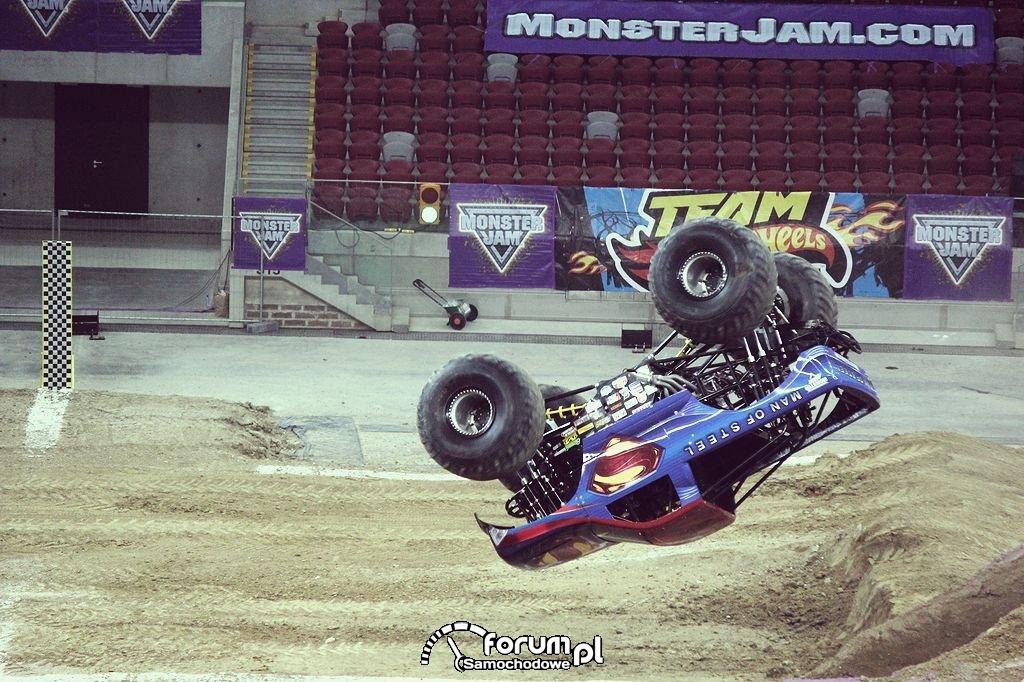 Man of Steel - Monster Truck, do góry kołami w powietrzu